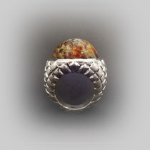 Ring in Silber mit rautenförmiger Struktur und Moosachat Cabouchon.