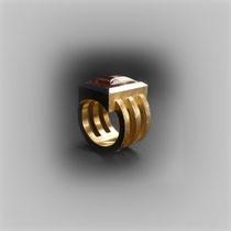 Ring in Gold mit antik wirkendem Aufbau, Quarz mit leuchtenden Rutilfäden.