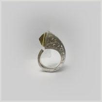 Ring in Silber mit füllhornartigem, kantigem  Aufbau und handgravierter Oberfläche. Der Citrin ist mit dem Körper nach außen gefasst.