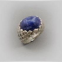 Ring in Silber mit rautenförmig strukturierter Oberfläche und wolkigem Saphircabouchon.