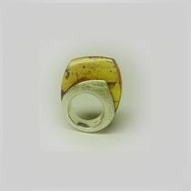 Ring in Silber mit hoch umfasstem Bernstein, mit Insekteneinschluß.