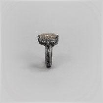 Ring in dunklem Silber, mit facettiert geschliffenem Quarz, der durchzogen ist von grau-schwarzenTurmalinnadeln.