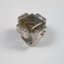 Ring in Silber in großer Kreuzform, Labradorit mit farbig wirkendem Wechselspiel.