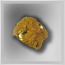 Ring in Silber, vergoldet. Glänzende wechseln mit tauartigen Oberflächen.