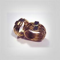 Diese Ringe sind aus einen einzigen langen Golddraht gefertigt und beide Endstücke verlötet.  Würde man den Ring wieder auseinandernehmen, ergäbe es einen großen Kreis. Symbol für die Ewigkeit.