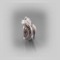 Ring in Silber aus sich windendem Schlangenpaar mit zart gravierter Oberfläche, Augenpaare aus Onyx.