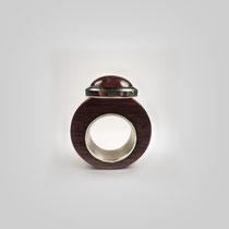 Ring aus Veilchenholz und Silber. Die Tönung des Holzes findet sich im großen Cabouchon aus Rhodolith wieder.