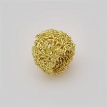 Ring in Gold. Der Golddraht ist zu einem Ring mit Volumen aufgebaut, der zugleich leicht wirkt.