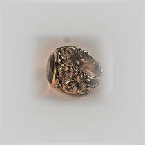 Dekorativ geschnörkelter Bandring in Gold mit durchbrochener Oberfläche und facettiertem Rauchquarz.