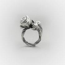 Plastischer Ring in Silber mit zwei unterschiedlich großen Rosenköpfen.