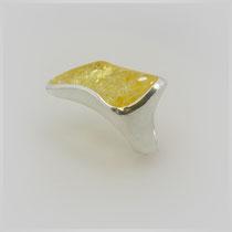 Organisch gearbeiteter Ring in Silber, die Form folgt den Rundungen des Feueropals.