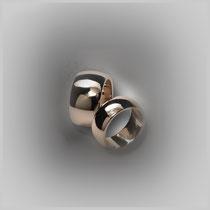 Ringe in Weißgold, mit klassisch gewölbter und hochglanzpolierter Oberfläche.