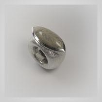 Schwerer Ring in Silber. Navetteförmig geschliffener und polierter Rheinstein.