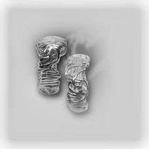 Silberne, unorthodoxe Ringe mit großer Emotionalität. Oberfläche matt und glänzend.