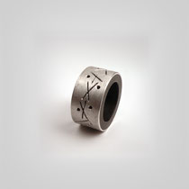 Bandring aus Grenadill und Silber. Ein in das Silber graviertes grafisches Ornament umläuft den Ring.