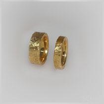 Ringe in Gold mit kristallin geschnittener Oberflächenstruktur.
