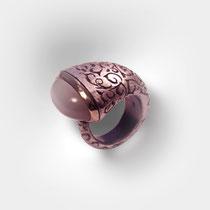 Trompetenförmiger Ring in Silber mit gestichelten Ornamenten, grauer Mondsteincabouchon.