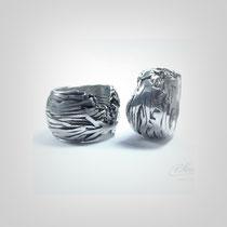 Ringe in Silber. Jeweils aus hunderten einzelnen Fasern gearbeiteter Ring.