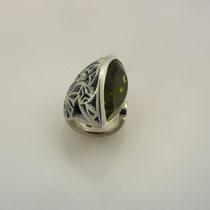 Ring in Silber, die Oberfläche ist von einem dem Jugendstil angelehnten Dekor durchbrochen. Mit großem tropfenförmigen Lemoncitrin.