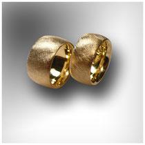 Breitere Ringe mit stark schraffierter Oberflächenstruktur in Gelbgold.