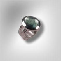 Ring in Silber mit doppelter Schiene und gesprenkeltem Aquamarin.