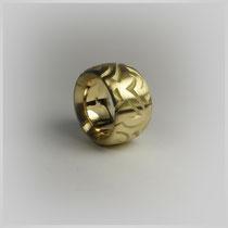 Bandring in Gold mit handgestochenem Dekor.