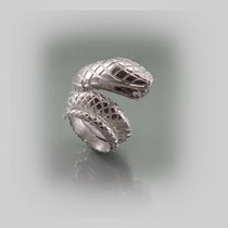Ring in Silber, die sich aufrichtende Figur trägt eine rautenförmige Textur.