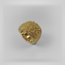 Ring in Gold mit klassischem Plateau, über und über mit Tauperlen bezogen.