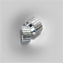 Gerade Ringe in Silber mit schraffierter Struktur, die durch senkrechte Linien unterbrochen ist.