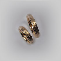 Ringe in Gold. Auf der planen Fläche des Ringkörpers ist ein mattiertes Band mit individuell gestochen Linien eingelassen.