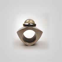 Großer Ring aus Grenadill und Silber in leicht gewölbter dreieckiger Form. Auf dem Plateau thront ein grau schimmernder Mondsteincabouchon.