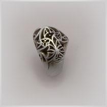 Ring in Silber, die Oberfläche ist von einem dem Jugendstil angelehnten Dekor durchbrochen. Mit großem trpfenförmigen Lemoncitrin.