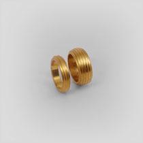 Ringe in Gold mit längs ausgerichteter Rillenstruktur.