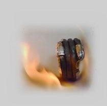 Alter geschmiedeter Eisendraht, mit Silber zu einem persönlichen Ring geformt.