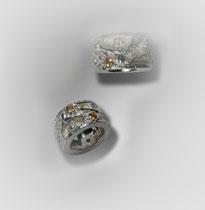 Ringe in Silber. Ringsum mit Flügelwesen, Ornamenten und Citrinen besetzt.
