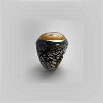 Großer Ring in Silber mit zweifarbig gestalteter Oberflächenstruktur. Quarzcabouchon mit leuchtenden Rutilen.
