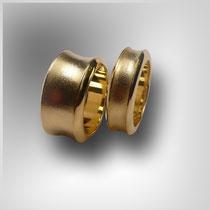 Ringe in Gold mit konkaver, mattierter Wölbung.