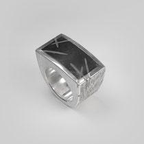 Ring in Silber. Im Onyx ist die Oberflächenstruktur fortgeführt.