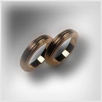 Ringe in Rosegold mit gleichförmigen, längslaufenden Rillen. Mit gerundeter Oberfläche.