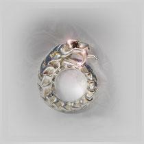 Ring in Silber, klar herausgearbeitete, wirbelartige Form mit Kopf, Zähnen und Zunge. Mit Onyx.