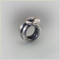 Schwerer Ring in Silber mit leicht gedunkelter Oberfläche.