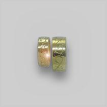 Ringe in Gold. Die Oberfläche trägt ein handgestochene Gravur.