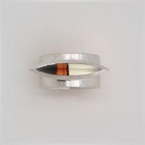 Ring in Silber mit interessant mehrfarbigem Achat in Navetteform.