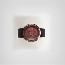 Ring aus Grenadill und Silber mit nur leicht erhöht eingefasster charmanter Gemme aus Amethyst.