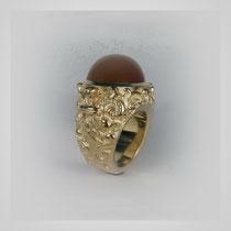 Ring in Gold mit ornamentaler Oberfläche und hohem rostrotem Mondstein.