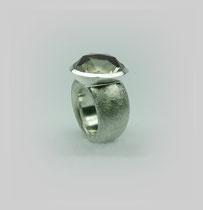 Klassischer schwerer Ring in Silber mit großem facettiertem Rauchquarz.