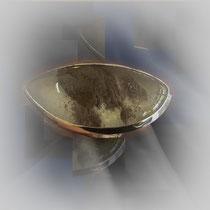 Asymmetrischer Ring in Silber mit großem, klarem Quarz mit Einschlüssen in zarten Rottönen.