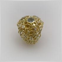 Ring in Gold. Zwischen dem gewundenen Golddraht sind Aquamarine und Diamanten gefasst.