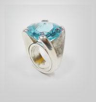 Ring in Silber mit großem leuchtendem Blautopas.