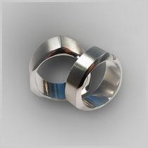 Ringe in Weißgold, der äußere Ringquerschnitt ist leicht rund und dennoch dreieckig. Durch die mattierte und an den Seiten glänzende Oberfläche wird diese Form hervorgehoben.